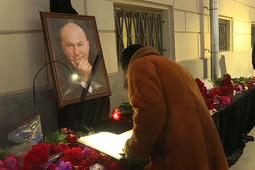Москвичи несут цветы к мэрии в память о Юрии Лужкове