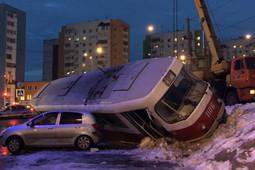В Самаре трамвай опрокинулся на припаркованные автомобили