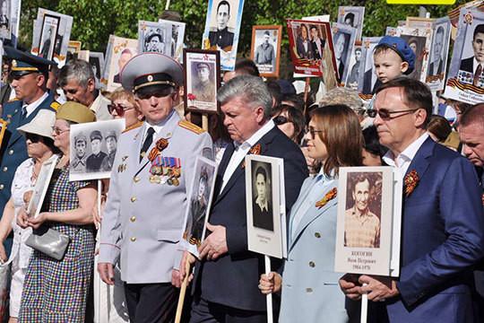 Колонну «Бессмертного полка» в автограде возглавили Наиль Магдеев и чета Когогиных
