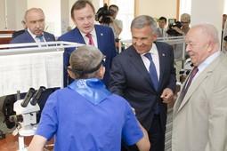 Рустам Минниханов поздравил Казанский медико-инструментальный завод с 85-летием