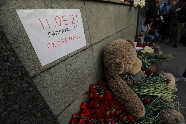 Фоторепортаж «БИЗНЕС Online»: казанцы и москвичи несут цветы к мемориалам жертв трагедии в Казани