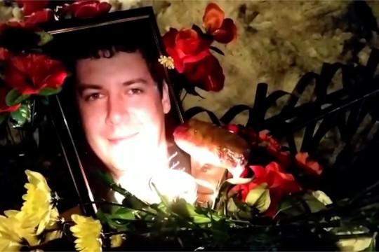 Жители Нижнекамска несут цветы и свечи к месту гибели полицейского