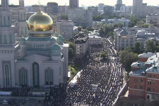 Мусульмане отмечают Ураза-байрам в Соборной мечети Москвы
