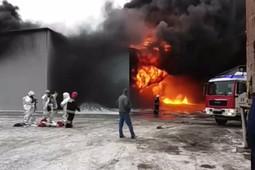 В Екатеринбурге сильный пожар на заводе лакокрасочных изделий