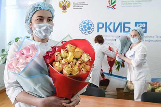 Букеты в инфекционку: владелец цветочного магазина порадовал врачей РКИБ