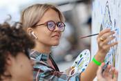 Рисуют все! Перформанс казанского художника на улице Баумана