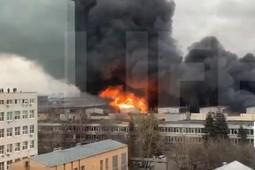 LIVE! В Москве полыхает огромный склад