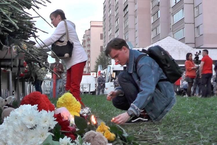 Казанцы несут цветы и свечи к 175-й школе