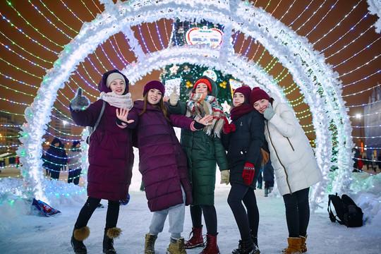 Главная елка Казани и ледовый городок открылись у чаши «Казан»
