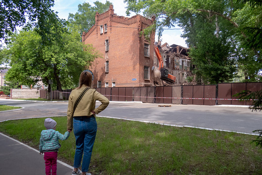 Ковши на Ершова: в Казани сносят исторические казармы Октябрьского городка