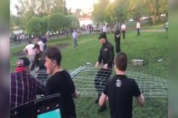 «Кто к забору подойдет – упадет»: стихийный митинг против храма в Екатеринбурге разогнали силой