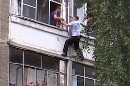 В Саранске полиция спасла младенца, которого отец пытался выбросить из окна