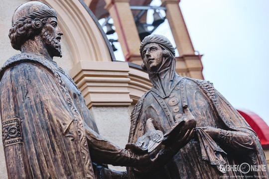 Минниханов и Феофан открыли памятник Петру и Февронии