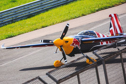 Как «Красные быки» летают над Казанью: фоторепортаж c тренировки пилотов Red Bull Air Race