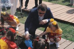 «Давайте я вам полью»: Ильсур Метшин открыл цветочный фестиваль в Казани