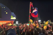 Австралийские болельщики собрали башню из станканчиков
