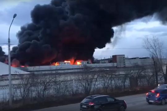 В Красноярске горит завод «Красмаш»