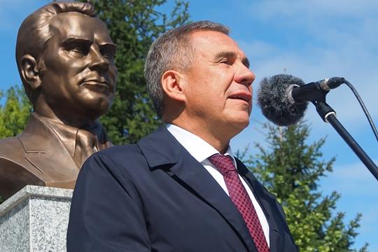 Президент РТ открыл бюст авиаконструктору Виталию Копылову