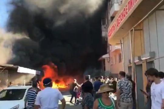 В Геленджике горит 300 кв. м центрального рынка