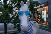 На Малой Красной в Казани появились скульптуры лошадей. Серебряные, красные, в чулочках и очках...