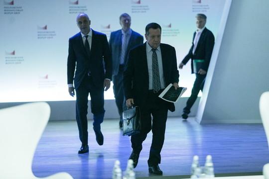 МФФ: Греф рассказывает анекдоты, Силуанов сокращает чиновников, а Чубайс призывает отпустить тормоза