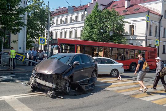 В центре Казани автобус попал в ДТП с автомобилем Lexus