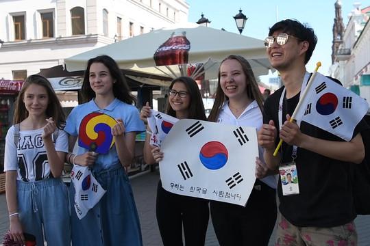 «О да! Они обнимают и целуют нас»: иностранцы о казанских девушках