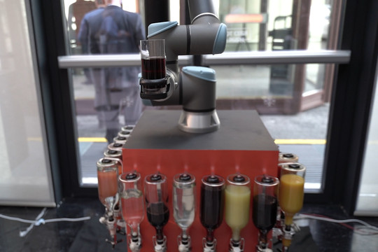 Робот-бармен обслужил участников FIX Conference 2019 в Казани