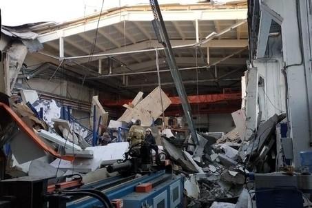Трое рабочих погибли при обрушении кровли на заводе в Подмосковье, под завалами ищут людей