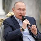 Путин посоветовал волонтерам из Татарстана поздравить Минниханова с прошедшим днем рождения