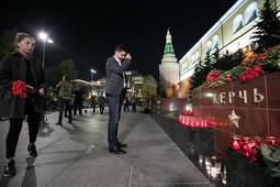 Жители Москвы несут цветы в память о погибших в Керчи