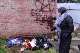 «Врата ада для вас открыты»: жительнице Краснодара подкинули под дверь поминальные венки и мертвых куриц