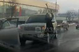 В Казани девушка в ходе дорожных разборок щеткой разбила стекло дорогостоящей иномарки