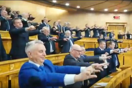 В правительстве Ленобласти устроили танцы с чирлидершами