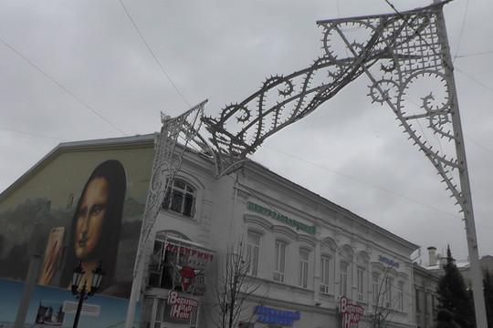На Баумана частично обрушилась новогодняя конструкция