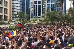 Каракас в эти минуты: многотысячная толпа празднует конец «режима Мадуро» на улицах