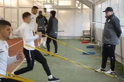 Новый тренер «Рубина» Слуцкий провел тренировку с микрофоном