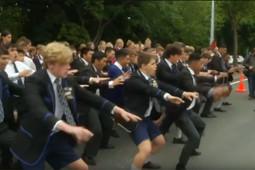 В память о жертвах теракта жители Новой Зеландии исполнили ритуальный танец хаку