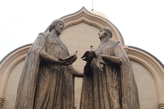 В Казани открыли памятник Петру и Февронии