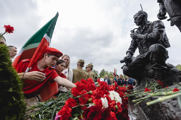 В казанском парке Победы торжественно открыли памятник воинам-интернационалистам