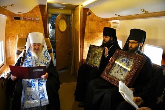 Митрополит Феофан на вертолете облетел Казань с образами Богоматери во спасение от коронавируса