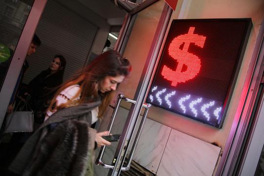 Курс доллара достиг 75 рублей впервые с прошлого високосного года