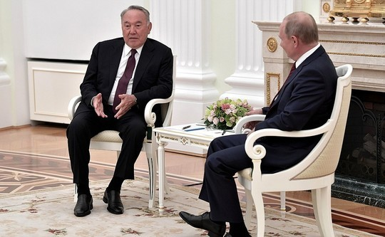 Назарбаев поддержал Путина в связи с «огромной нагрузкой» на работе: «Сегодня здесь, завтра там»