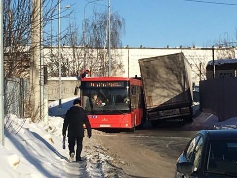 В Казани автобус столкнулся с фурой: они не смогли разъехаться на узкой дороге