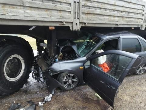 Под Елабугой LADA Granta влетела под «КАМАЗ» – пострадал водитель легковушки