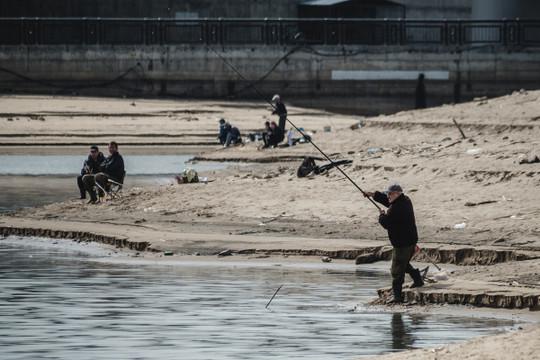 Минниханов поддержал идею сделать на Кремлевской набережной место для рыбной ловли