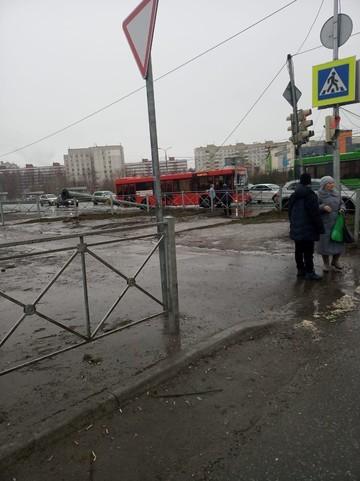 У станции метро «Горки» столб упал на проезжую часть. Движение частично парализовано