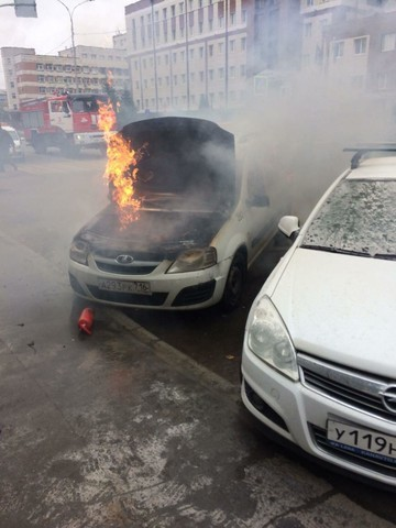 В Казани утром загорелась припаркованная LADA