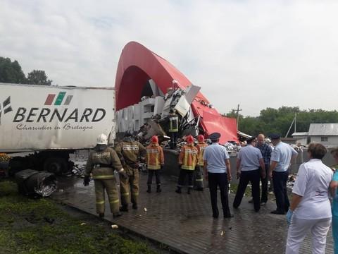 Фура въехала встелу вКемеровской области: шофёр умер наместе