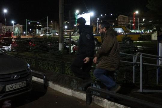 В Кукморе прошли массовые обыски - задержан отчим подростка, напавшего на отдел полиции